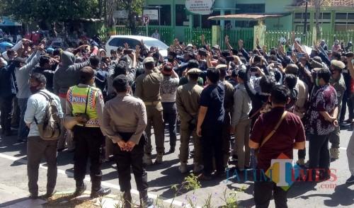 Sejumlah mahasiswa dari Aliansi BEM Unira saat menyampaikan orasi di depan gedung DPRD Pamekasan