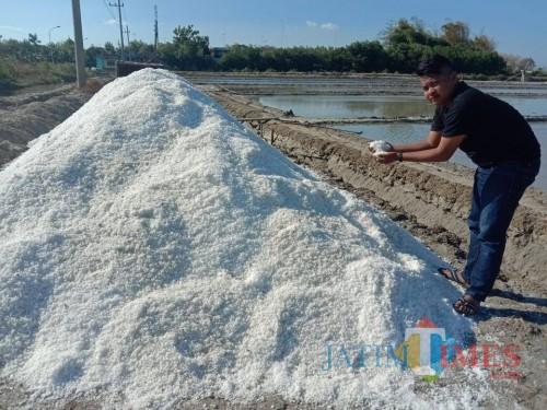 Tumpukan garam lokal milik petani di Kabupaten Pamekasan