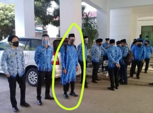 ASN pria pakai baju korpri ala gamis (Foto: Twitter @WagimanDeep212)