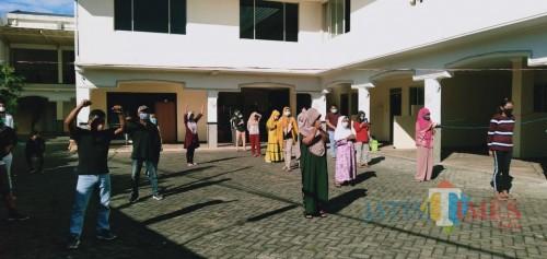 Pasien konfirm positif saat senam di shelter Hotel Mutiara Baru, Jumat (17/7/2020). (Foto: Irsya Richa/MalangTIMES)