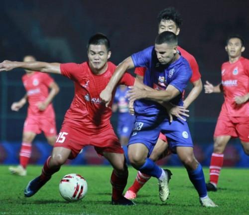 Elias Alderete saat berebut bola dengan pemain Sabah FA pada pertandingan pramusim 2020 (official Arema FC)