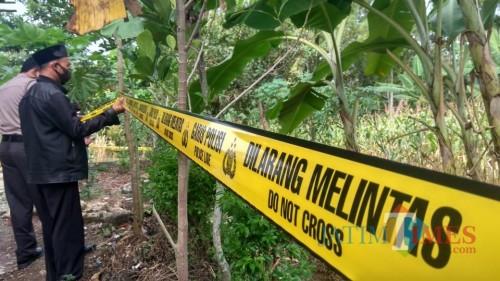 Polisi memasang police line di lokasi ditemukanya mayat  Sadak.(Foto : Aunur Rofiq/BlitarTIMES)