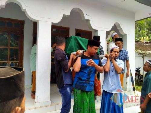 Jenazah Busiya TKW yang meninggal di Malaysia saat dimakamkan keluarganya (foto : istimewa / Jatim TIMES)