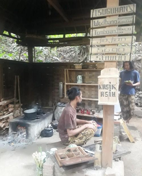 Salah satu pemilik Warung Tomboan, Cak Yasin sedang meramu minuman yang akan disajikan kepada pengunjung, Minggu (19/7/2020). (Foto: Tubagus Achmad/MalangTimes)