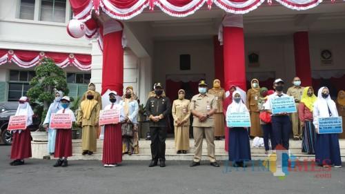 Wali Kota Malang Sutiaji (tengah) saat berfoto bersama dengan penerima beasiswa dari Pemkot Malang(Pipit Anggraeni/MalangTIMES).