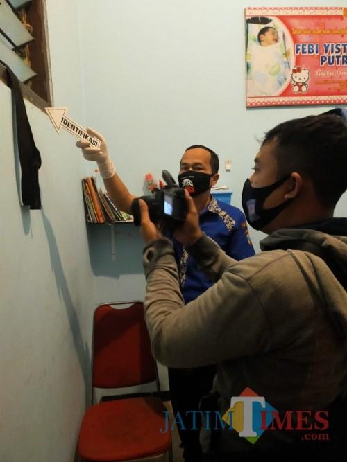 Petugas tunjukan tempat gantung diri Rahman Hadi (dok. Polres Tulungagung)