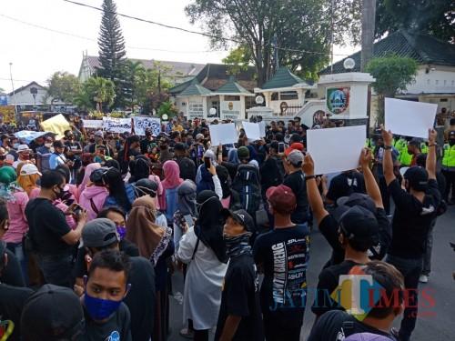 Ratusan massa unjuk rasa terlihat memadati depan Pendopo Kabupaten Jombang. (Foto : Adi Rosul / JombangTIMES)