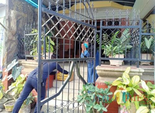 Situasi saat warga menerima paket bantuan. (Foto: Aldi Nur Fadil Auliya - MalangTIMES)