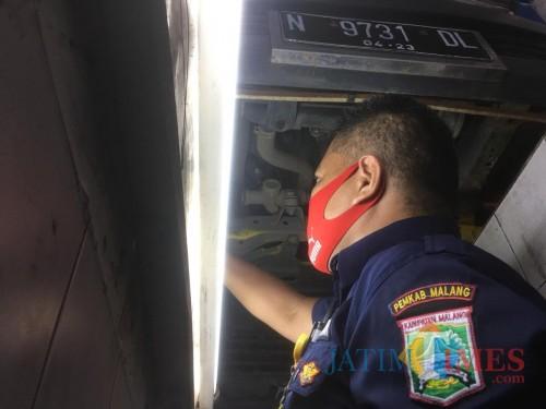 Petugas dari Dishub Kabupaten Malang saat melakukan pengecekan uji kir (Foto: Ashaq Lupito/ MalangTIMES)