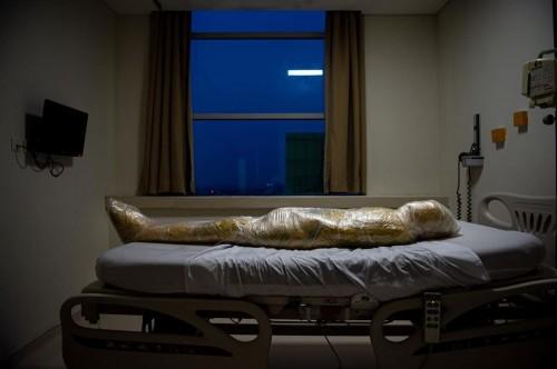 Foto jenazah covid-19 yang viral. (Sumber foto: PHOTOGRAPH BY JOSHUA IRWANDI National Geographic)