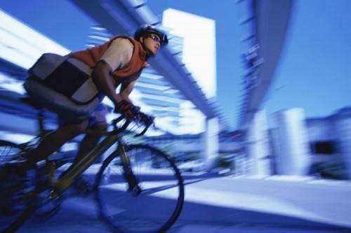 Ilustrasi pesepeda yang berjalan di jalan raya (purestock)