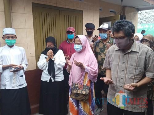 Kedua pasien sembuh dari covid-19 saat melakukan doa bersama para warga di Kelurahan Kidul Dalem, Kota Malang. (Arifina Cahyanti Firdausi/MalangTIMES).
