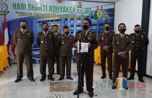 Kejari Blitar saat memberikan keterangan pers kepada awak media terkait penahanan pelaku penipuan travel haji.(Foto : Aunur Rofiq/BlitarTIMES)