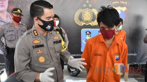 Tersangka diinterogasi oleh Kapolres Trenggalek AKBP Doni Satria Sembiring
