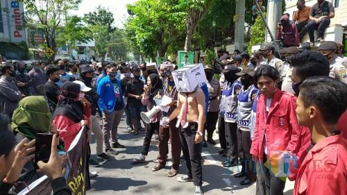 Demonstrasi mahasiswa Lamongan melawan