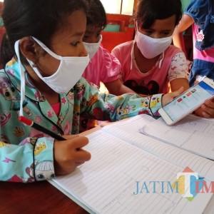 Dilema Belajar Daring Siswa Pelosok Jombang, Join HP hingga Numpang Wifi