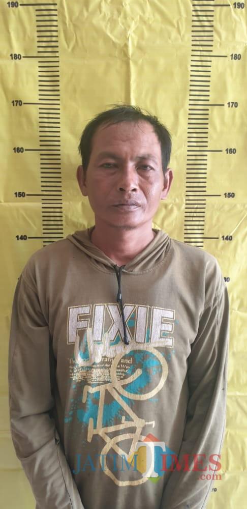 Tersangka pembunuhan perempuan yang diduga sebagai dukun santet (Foto: Humas Polres Sumenep for Sumenep Jatim Times)
