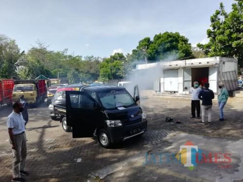 Kepala Dishub Kabupaten Malang  Hafi Lutfi (kiri) saat di lokasi fogging gratis kendaraan yang akan uji kir di kantor UPT PKB Talangagung, Kepanjen, Jumat (24/7) (dd Nana)