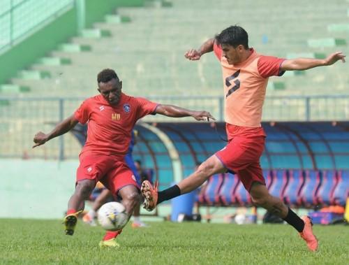Matias Malvino (kanan) saat menutup ruang gerak dari rekannya saat latihan (official Arema FC)