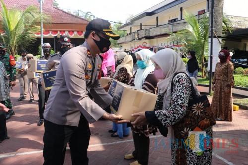 Penyerahan bantuan secara simbolik oleh kapolres Malang. (Foto: Humas Polres Malang for MalangTIMES)