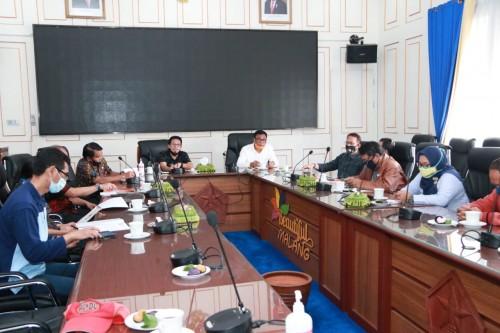 Suasana audiensi Pokja Gotong Royong bersama Wali Kota Malang Sutiaji saat pembahasan event Malang Gleerr, Jumat (24/7/2020). (Foto: Humas Pemkot Malang).
