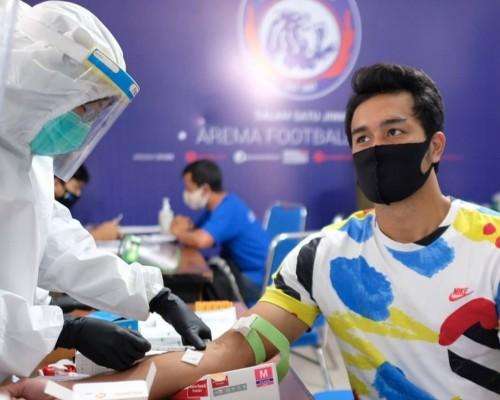 Pemain Arema FC saat menjalani rapid test kloter pertama. (official Arema FC)
