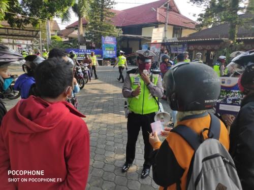 Petugas dikyasa Satlantas Polresta Malang Kota memberikan imbauan kepada pelanggar lalu lintas. (Ist)