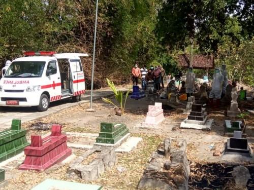 Suasana pemakaman pasien PDP di Kabupaten Madiun.