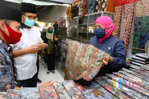 Gubernur Jatim Khofifah ketika meninjau produksi batik