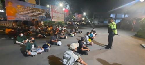 Petugas Polresta Malang Kota saat memberikan pembinaan kepada 20 lebih pemuda yang melanggar lalu lintas. (Istimewa)