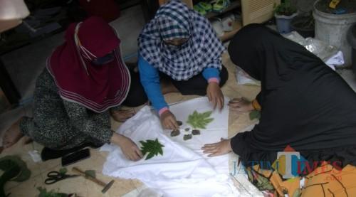 Cantiknya Ecoprint Baju Bekas Karya Perajin di Kota Malang Ini, Unik dan Ramah Lingkungan