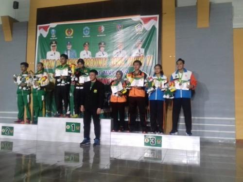 Atlet ganda campuran Kota Malang (paling kanan) saat penyerahan medali di Porprov VI 2019 (PBSI for MalangTIMES)