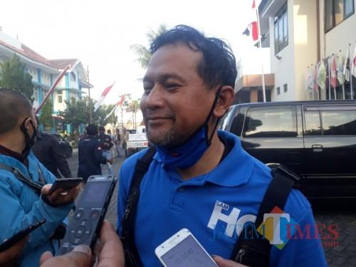 Heri Cahyono saat hadir di Kantor KPU Kabupaten Malang untuk menyerahkan kekurangan berkas suara dukungan, Senin (27/7/2020). (Foto: Tubagus Achmad/MalangTimes)