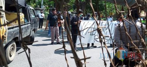 Massa saat demo di depan kantor DPRD Tulungagung (Joko Pramono/ JatimTIMES)