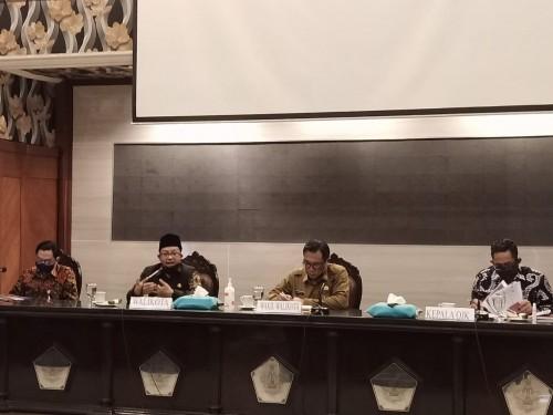 Wali Kota Malang Sutiaji (dua dari kiri) saat memimpin rakor dengan seluruh perbankan di Kota Malang, Senin (27/7). (Foto: Humas Pemkot Malang).