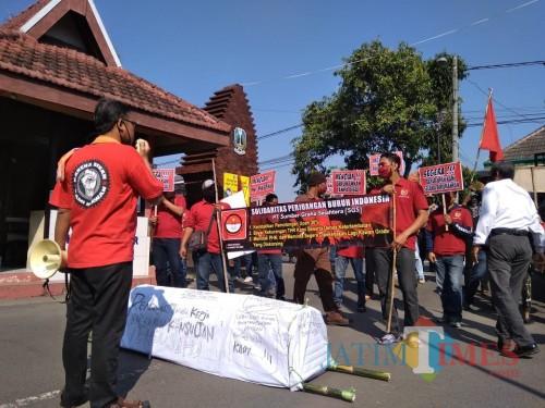 Aksi buruh pabrik kayu PT SGS Jombang bawakan keranda mayat ke Kantor Banwasnaker Korwil Jombang. (Foto : Adi Rosul / JombangTIMES)