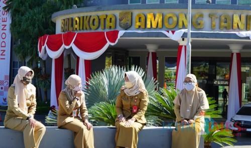 Aparatur Sipil Negara saat berjemur di Balai Kota Among Tani. (Foto: istimewa)