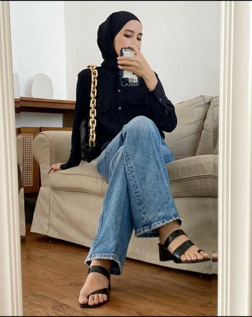Gaya selebgram hijabers Amelia Elle pakai sandal. (Foto: instagram @amelia elle).