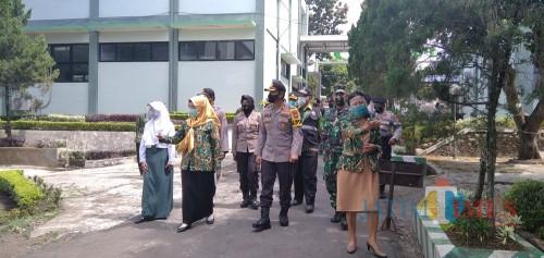 Kapolres Jember AKBP. Aris Supriyono saat mengunjungi kampus Poltekes Kemenkes Malang didampingi Kaprodi (foto: Moh. Ali Makrus / JatimTIMES)