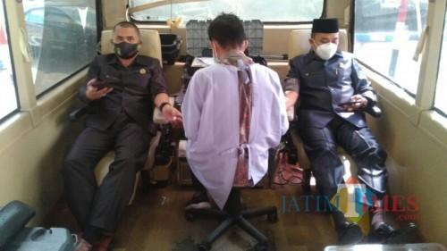 Ketua DPC PPP Lumajang H. Akhmat ketika mendonorkan darahnya (Foto : Moch. R. Abdul Fatah / Jatim TIMES)
