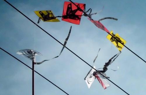 ilustrasi layang-layang nyangkut di kabel PLN.