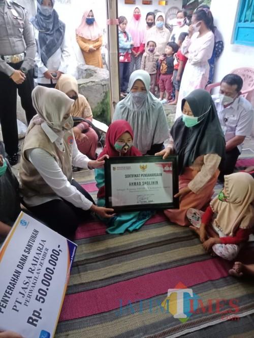 Bupati Jember Faida Menyerahkan Klaim Asuransi Kematian dari Jasa Raharja kepada kelurga korban (Foto: Mamank Rosyidi)
