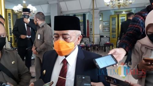 Bupati Malang HM Sanusi saat membahas upaya peningkatan prosentase kesembuhan terhadap pasien positif covid-19 (Foto : Dokumen MakangTIMES)