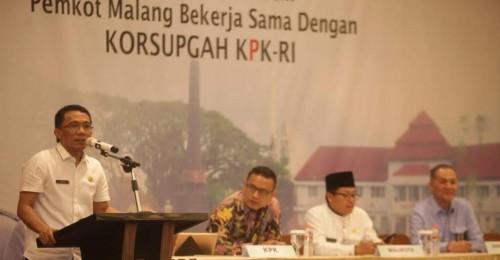 Kepala Bapenda Kota Malang, Ir H Ade Herawanto MT (berdiri) (Bapenda Kota Malang for MalangTIMES).