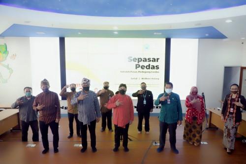 Wali Kota Malang Sutiaji bersama Wakil Wali Kota Malang Sofyan Edi Jarwoko (tengah) dan jajarannya berfoto bersama (Humas Pemkot Malang for MalangTIMES)