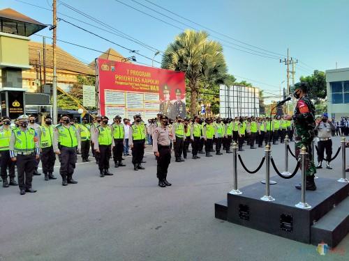 Apel pasukan pengamanan malam takbir dan perayaan Hari Raya Idul Adha di Polresta Malang Kota yang dipimpin oleh Dandim 0833 Letkol Inf Tommy Anderson. (Anggara Sudiongko/MalangTIMES)