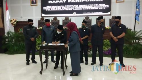 Penandatanganan nota kesepahaman Perda Pertanggungjawaban APBD Kota Malang 2019 (Pipit Anggraeni/ MalangTIMES).