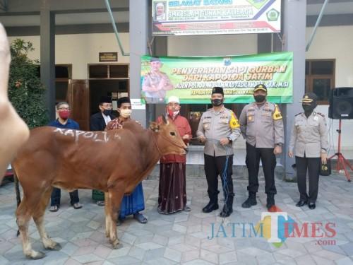 Kapolres Tulungagung AKBP Eva Guna Pandia saat menyerahkan hewan Kurban ke Pengasuh PPHM Ngunut / Foto : Dokpol / Tulungagung TIMES