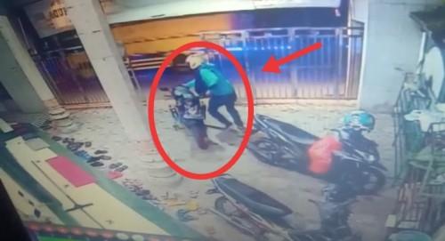 Pelaku yang berupaya kabur membawa motor curian dari halaman parkiran masjid (Ist)