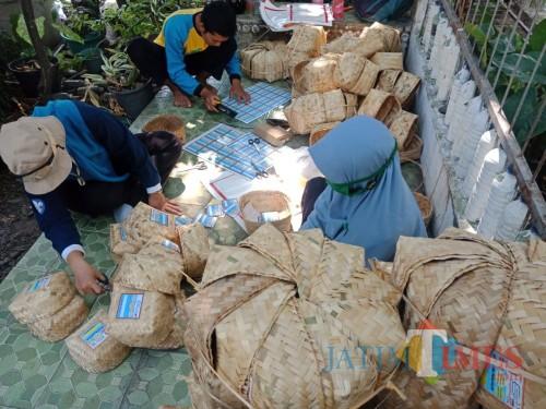 Komunitas di Jombang Ini Bagikan Besek untuk Kurangi Penggunaan Plastik di Hari Raya Kurban